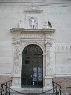 28 -Fano. Chiesa di S. Michele, portale.