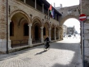 32 - Fano. Logge di San Michele. La bella Loggia Rinascimentale, al di là dell'arco, che ne caratterizza l'ingresso fu costruita con le pietre dell'attico romano abbattuto durante l'assedio del 1463.