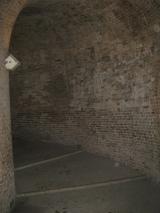 """27- Urbino - Rampa Elicoidale. Urbino è una città verticale, ripida, con stradine strette. Nel 1400 era quindi il luogo ideale per chi avesse voluto organizzare un agguato al potente di turno. Il pericolo era ben chiaro a Federico da Montefeltro che fece costruire, proprio ai piedi dei Torricini di di Palazzo Ducale, un torrione circolare in cui l'architetto senese Francesco di Giorgio Martini (1439-1501) costruì la Rampa elicoidale, comunemente chiamata """"scala a lumaca"""". dentro questo delle rampe elicoidali."""