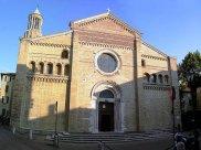 35 - Fano, il Duomo. La facciata è quella che meglio ha conservato la sua struttura romanica originaria, grazie soprattutto ai lavori di ripristino eseguiti negli anni Venti del XX sec. L'interno è a tre navate suddivise da pilastri. Di valore storico-artistico .