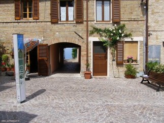73 - Fiorenzuola di Focara - il borgo, particolare