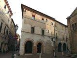 46 - Fano sulla destra della Basilica Cattedrale, il caratteristico sperone angolare dell'antica Casa degli Arnolfi. La Casa degli Arnolfi si trova all'incrocio di via Arco d'Augusto e via Rainerio. Edificio quattrocentesco recentemente restaurato, appartenne agli Arnolfi Fiorentini, stabilitisi a Fano nel 1434.