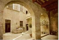 33 - Urbino. Casa natale di Raffaello, cortile.