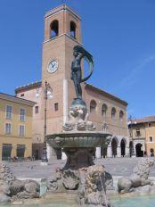 53- Fano-Piazza XX Settembre fontana della fortuna e sullo sfondo il palazzo della ragione