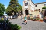 56 - Passaggio dei concorrenti nel borgo di Fiorenzuola di Focara.