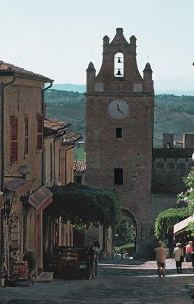 8 - Gradara- porta dell'orologio vista da dentro il borgo.