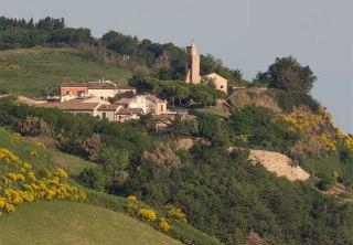 60 - Piccola perla della costa adriatica, Fiorenzuola è una vera terrazza che si affaccia sul mare (a 177 m.s.l.m.) offre ai suoi visitatori una panoramica di rara bellezza. Situato a 10 Km d Pesaro, 25 da Rimini e 15 da Riccione, Fiorenzuola di Focara è un borgo medievale facilmente raggiungibile