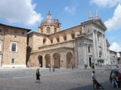 48 -Urbino. Cattedrale (Duomo). La Basilica Cattedrale è situata nel lato destro di piazza Duca Federico, di fianco a Palazzo Ducale.