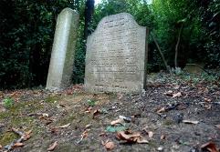 96 - Cimitero Ebraico. L'area sacra si estende per circa 6.700 metri quadrati che si affacciano al mare ed è rivolta verso Gerusalemme, lungo una pendenza modellata da piccoli terrazzamenti. Al suo interno sono tuttora conservati oltre 150 monumenti funebri
