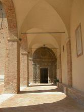 56 - Urbino. Grotte del Duomo. Portale d'ingresso. L'Oratorio del Santissimo Crocifisso della Grotta, anche detto Oratorio della Grotta o Grotte del Duomo, è situato sotto la Cattedrale di Urbino e si compone di quattro cappelle erette tra il XVI e il XVII secolo.dell'oratorio