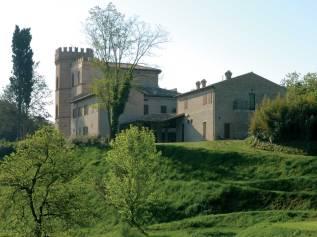 120 - Fano. Il Castello di Montegiove è una prestigiosa e raffinata Country House realizzata tra fine '800 ed inizi '900, che sorge alle porte di Fano sulle prime pendici del colle omonimo dalle quali si gode la vista del mare, della città e delle verdi colline circostanti.