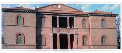 """104 - Villa Castracane . Portata in dote da Cornelia Palazzi, appartiene alla famiglia Castracane dal 1567. L'edificio a mattoni faccia a vista, contornato da un parco di vegetazione mediterranea, era adibito sino al 1900 a casino di caccia. La torre presente sulla facciata verso la costa offre una visuale spettacolare sulle città di Fano e Pesaro. Villa Castracane è stata scelta come location per il film """"Passaggio per il Paradiso"""" di Cristaldi con colonna sonora di Pat Metheny"""