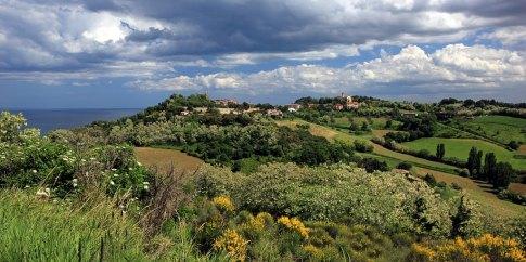 57 - Parco Naturale del Monte San Bartolo - Suggestivi, lungo la strada panoramica, sono i borghi perfettamente conservati di Castel di Mezzo e Fiorenzuola di Focara a picco sul mare