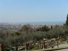 71 - La posizione di questa Rocca è tale da permettere anche la vista del mare Adriatico, ecco, dovrebbe essere Gabicce Mare, presso Cattolica