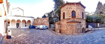 64 -Ravenna. Piazzetta Ariiani
