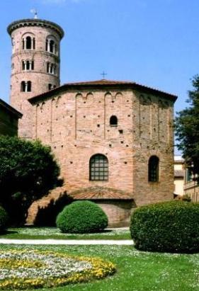 72 - Ravenna. Veduta ravvicinata del Battistero neoniano o degli ortodossi.