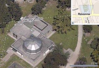 81 - Il planetario di Ravenna è immerso nel verde dei giardini pubblici, fra il viale che conduce alla stazione ferroviaria e la Loggetta Lombardesca. Il Planetario non è uno dei monumenti più conosciuti di Ravenna, ma è certamente una delle cose da non perdere durante una visita in città. Se vi attira ammirare stelle, pianeti e sistema solare, il Planetario di Ravenna è il posto giusto. Sopra una sala con 56 posti a sedere c'è una cupola di 8 metri di diametro su cui viene proiettata l'immagine artificiale della volta celeste, così come si dovrebbe vedere ad occhio nudo (se non ci fossero inquinamento da luci e da smog). Si spengono le luci e appaiano davanti a vostri occhi, a pochi metri, 3.000 stelle suddivise nei due emisferi: dalla stella Polare alle Nubi di Magellano, dalla costellazione di Cassiopea a quella della Croce del Sud. Un sistema automatico permette di comandare e velocizzare i movimenti degli astri, riproducendo l'alternarsi del giorno e della notte e osservare tutti i pianeti del nostro sistema mentre percorrono i loro movimenti lungo le orbite attorno al sole. All'esterno dell'edificio c'è un grande orologio solare con un quadrante e due meridiane e un Cerchio di Ipparco che permette di conoscere il momento dell'equinozio.