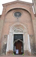 26 - La Basilica di San Mercuriale è caratterizzata da una facciata in laterizi con un bellissimo portale gotico in pietra rosa che ospita la lunetta con l'altorilievo duecentesco Sogno e adorazione dei Magi.