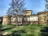 145 -Forlì - Rocca di Caterina Sforza o di Ravaldino. La Rocca di Ravaldino, così come possiamo ammirarla oggi, è frutto degli interventi dovuti a Pino III Ordelaffi: del monumento trecentesco purtroppo si hanno scarse notizie. La cittadella annessa alla rocca è stata commissionata da Riario e Caterina Sforza. La cittadella, protetta da due torrioni, era cinta da un ampio fossato; la struttura serviva per ospitare un numeroso esercito. Il Mastio ha sezione quadrata e si sviluppa su tre piani; l'ingresso era unico e da esso si raggiungevano anche i piani superiori attraverso una scala a chiocciola. L'aria circolava attraverso un passaluce.