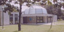 82 --Ravenna. Il Planetario. Sul lato ovest è posizionato un cerchio di Ipparco che permette di conoscere il momento dell'equinozio. Normalmente qui si effettuano le osservazioni pubbliche del cielo e del sole.