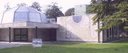 83 - Ravenna. Il Planetario. Sul lato sud dell'edificio, si trova un grande orologio solare; un quadrante e due meridiane grazie ai quali è possibile ricavare l'ora e altre indicazioni astronomiche.