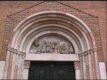 29 - Particolare. All'interno della lunetta sono inserite delle statue a tutto tondo raffiguranti la storia dei Re Magi. La composizione, di scuola antelamica dei primi anni del XIII secolo, proviene sicuramente da altra collocazione.