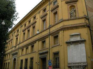 """110 - Forlì. Il palazzo del Merenda o dell'Antico Ospedale si trova a Forlì in corso della Repubblica. Il Palazzo del Merenda fu costruito nel 1722, su progetto di Giuseppe Merenda, come Ospedale della Casa di Dio per gli Infermi. Alla morte del Merenda venne costruita una scalinata monumentale da Raimondo Compagnoni (1778 - 1783) mentre la nuova facciata fu realizzata da Giuseppe Pani nel 1827. Nel 1848 l'ingegnere Giuseppe Cantoni ampliò e completò il complesso con gli edifici delle """"Esposte"""", per le orfane, e di idroterapia. Nel 1922 l'ospedale venne destinato ad ospitare biblioteca, pinacoteca e musei civici, essendo stato costruito un nuovo complesso ospedaliero tra il 1902 e il 1915 accanto alla Casa di Dio, dedicato a G. B. Morgagni oggi destinato ad accogliere il Campus universitario, mentre l'edificio del Merenda verrà utilizzato per la riorganizzazione della biblioteca."""