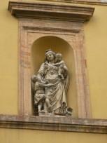 112 - Forlì. Il palazzo del Merenda - Sulla facciata, all'angolo in alto a destra del palazzo si trova una nicchia con la statua della Carità dei fratelli Ballanti Graziani.