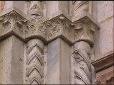 28 - Particolare. Una fascia capitellare decorata con un basso rilievo fitomorfico sostiene l'archivolto