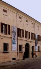 128 - Palazzo Romagnoli Forlì. L'edificio prende il nome dalla famiglia cesenate Romagnoli che si trasferì a Forlì nel 1806, quando Lorenzo Romagnoli divenne prefetto della città. Già dell'esterno si nota che il Palazzo è stato recentemente ristrutturato, ma una volta entrati l'operazione di valorizzazione appare ancora più evidente. Per la visita si accede a due piani dell'edificio: a piano terra ha trovato collocazione la collezione Verzocchi, mentre al piano nobile troviamo oli e incisioni di Morandi provenienti dalla donazione Righini, inoltre meravigliose sculture opera di Adolfo Wildt così come opere pittoriche e plastiche del novecento forlivese.