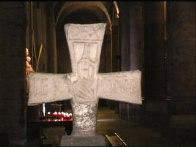 46 - All'interno della chiesa di san mercuriale è conservata una croce romanica che presenta su una faccia la mano di Dio benedicente