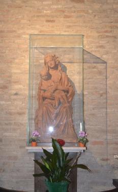 48 - La navata destra della Basilica custodisce il Monumento funebre a Barbara Manfredi (1466), moglie di Pino III Ordelaffi, Signore di Forlì, opera di Francesco di Simone Ferrucci da Fiesole, la tavola raffigurante la Madonna col Bambino e i Santi Giovanni e Caterina di Marco Palmezzano.