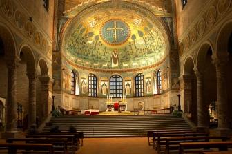 157 - Ravenna. Basilica di Sant'Apollinare in Classe. In fondo alla navata centrale, il catino absidale