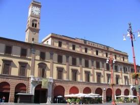 15 - Forlì- Piazza Saffi il Palazzo Comunale, risalente al XIV secolo e rimaneggiato più volte con la Torre dell'Orologio.