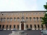 68 -L'imponente costruzione del XVII secolo che occupa interamente un lato di Piazza Ordelaffi, oggi è sede della Prefettura. Palazzo di Giacomo Paoluzzi, sede della Prefettura di Forlì