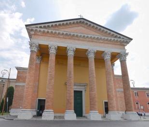 71 - Forlì . Cattedrale o Duomo di Santa Croce. La facciata della Cattedrale si presenta oggi con un pronao neoclassico coronato da un timpano di proporzioni monumentali che poggia su sei colonne.