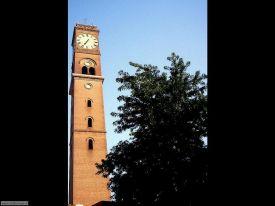 16 - La Torre del Pubblico Orologio, oggi chiamata Torre Civica, fu costruita su un antico tronco di torre di epoca romana, sulle rive del fiume Montone che anticamente scorreva nell'attuale Piazza Saffi. Il terremoto del 1781 ne fece crollare parte della sommità, poi ricostruita. L'orologio, come in origine, ha quattro quadranti, uno su ogni lato della torre e attualmente funziona elettricamente.