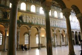 39 -Ravenna. Navata della Basilica bizantina di Sant'Apollinare Nuovo con-il-mosaico-della-processione-dei-santi-martiri