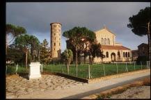 150 - Ravenna. Basilica di Sant'Apollinare in Classe. Visibile sulla sinistra la statua dell'Imperatore Augusto
