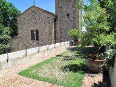 116 - Ravenna. Giardini pensili e Cripta Rasponi. Salendo gli ultimi scalini infine, si arriva alla terrazza più bella con una vista fantastica sulla vicina basilica.