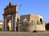 162 - E-R Forlì . Porta Schiavonia. Porta Schiavonìa è l'unica porta rimasta della cinta muraria di Forlì. Si trova all'ingresso nord della città lungo la Via Emilia proveniente da Faenza, davanti al fiume Montone.