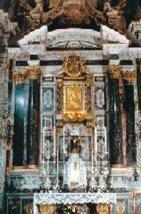 """10 -Cesena - Duomo, lA CAPPELLA ALBIZZI. A metà navata trova posto la Cappella Albizzi della Madonna del Popolo, principale patrona della città. L'appellativo """"del Popolo"""" fu dato dal vescovo Gualandi, poiché l'immagine era particolarmente venerata dai fedeli. La cappella, ricca di marmi e pitture, costruita nel 1679-80, in onore del S.S. Sacramento, è in stile barocco."""