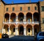 82 - E-R Cesena Palazzo Ghini Facciata sul cortile interno. La facciata incompiuta presenta alle estremità le insegne di Pio VI, per privilegio concesso alla famiglia.