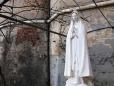 130 - STATUA MADONNA. Particolare della statua della Madonna, presente nel giardino che circonda l'Abbazia