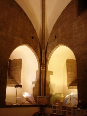 84 - Firenze. Campanile di Giotto. La Sala al piano terra con la-volta a costoloni impostata su colonnette.
