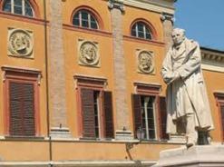 108 - Statua di Maurizio Bufalini (ad opera di Cesare Zocchi) situata in Piazza Bufalini. Maurizio Bufalini è stato un medico italiano, uno dei più importanti clinici italiani del XIX secolo. Inoltre viene ricordato per aver rivoluzionato il metodo d'insegnamento nelle facoltà di medicina.