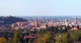 2 - Cesena è situata nel cuore della Romagna, in una posizione strategica che la rende meta e punto ideale di partenza per scoprire sia le bellezze paesaggistiche ed enogastronomiche dell'entroterra collinare sia gli svaghi e il relax della riviera romagnola. È nota come città dei Tre Papi, anche se diede i natali a due soli papi (Pio VI e Pio VII), mentre ospitò il vescovado di altri due (Pio VIII e Benedetto XIII)