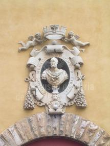 132 - Firenze. Il Museo dell'Opera del Duomo. Busto di Cosimo de medici sopra il portone d'ingresso.