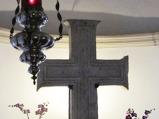 147- CROCE BIZANTINA. In fondo alla Cripta vi è una grande croce in pietra del IX secolo, di stile bizantino.