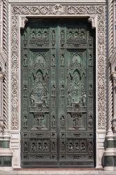 32 -Firenze. Duomo. Porta principale di bronzo, decorato con scene della vita della Vergine Maria..